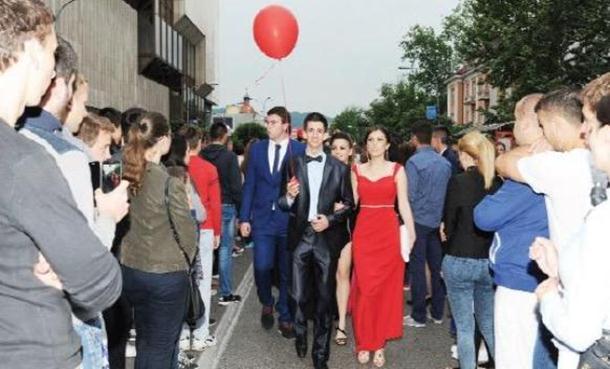 Photo of Pomodarstvo banjalučkih srednjoškolaca: Pripreme za maturu kao za vjenčanje