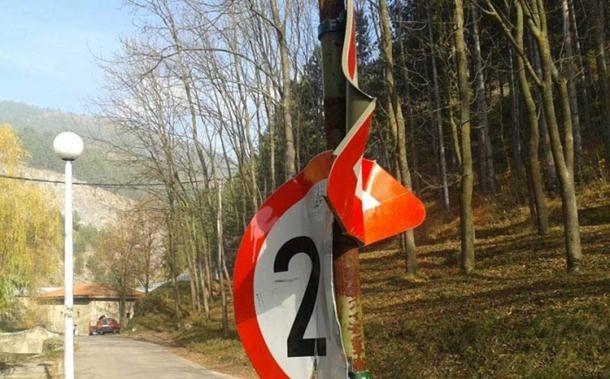 Iživljavanje vandala na saobraćajnim znakovima