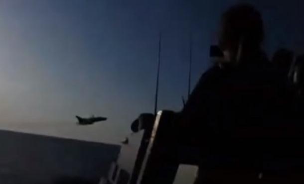 Pogledajte blizak susret ruskog aviona i američkog vojnog broda (video)