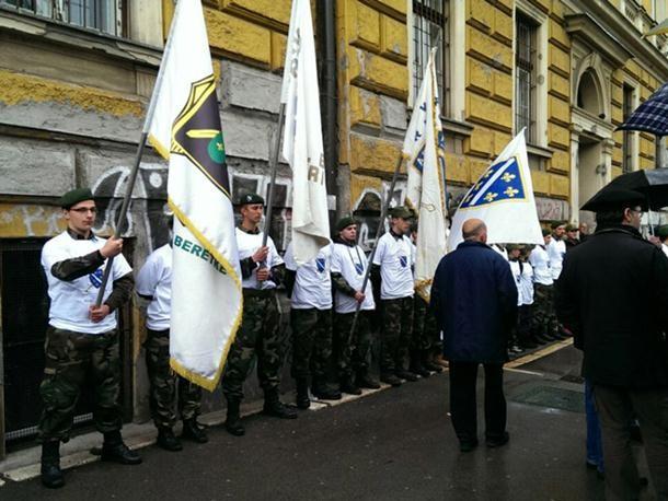 """Prije dolaska delegacije iz RS cvijeće su položili i pripadnici """"Zelenih beretki"""", sa zastavama tzv. Armije BiH, u čast, kako su naveli, poginulih pripadnike teritorijalne odbrane"""