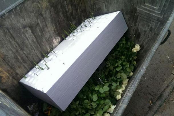 Photo of Sarajevo: Ruže i svijeće iz Dobrovoljačke završile u kontejneru