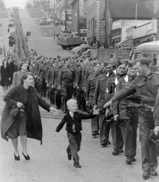 """Čekaj me tata"", by Claude P. Dettloff. Kanada, 1940."