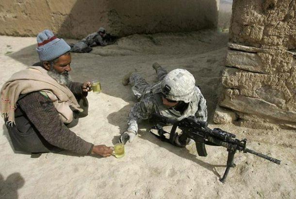 Afganistanac nudi vojnika čajem