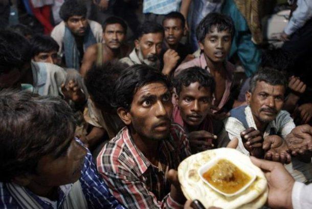 Beskućnici iz Indije čekaju da dobiju hranu ispred džamije, Nju Delhi