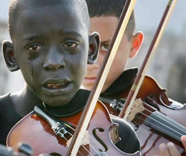 Diego Frazao Torquato (12) iz Brazila svira violinu na sprovodu svog učitelja koji mu je kroz muziku pomogao da pobjegne iz siromaštva i nasilja