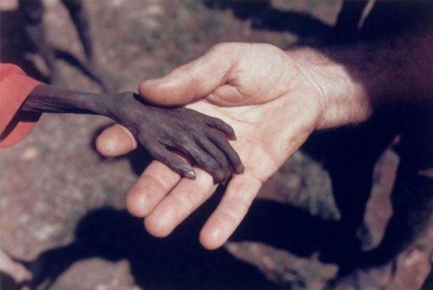 Dječak koji gladuje i misionar