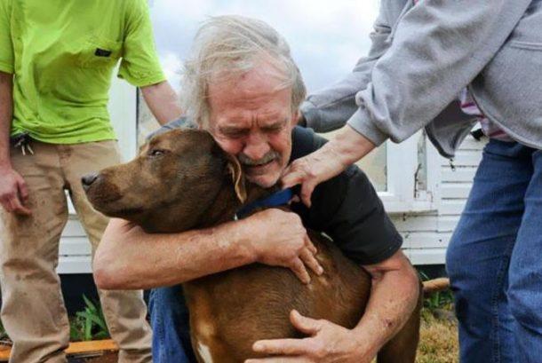 Greg Cook grli svog psa nakon što ga je pronašao poslije razarajućeg tornada. Alabama. 2012.
