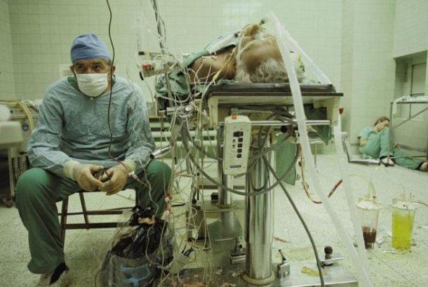 Hirurg poslije 23 časa duge (uspješne) transplantacije srca. Njegov asistent spava u ćošku