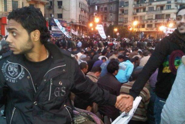 Hrišćani čuvaju muslimane tokom molitve, Kairo, 2011.