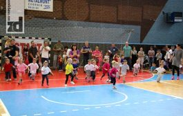 """Oko 300 beba i mališana puzalo i trčalo na """"Konferenciji beba"""" (foto)"""