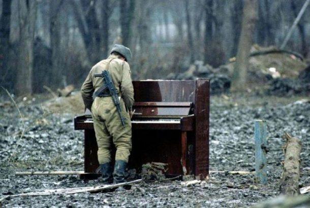 Ruski vojnik svira na napuštenom pijanu u Čečniji, 1994. godina
