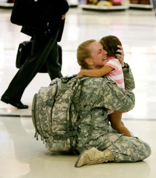Terri Gurrola se vraća kući iz Iraka tokom službe od sedam mjeseci