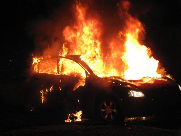 U Pilici zapalio automobil pa prijetio nožem