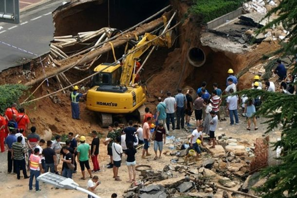 Photo of Kina: Otvorila se ogromna rupa na ulici, progutala prolaznike (video)