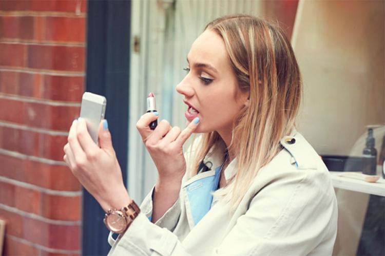 Photo of Zašto treba da se šminkate prstima