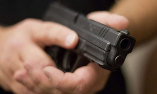 Zaustavio ga na putu i prislonio mu pištolj na čelo