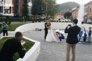 Prvi mladenci se fotografisali pored fontane (foto)
