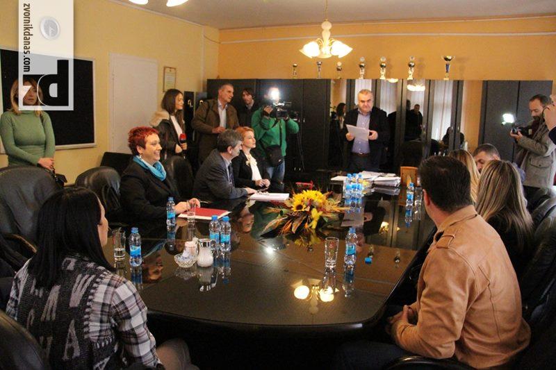 Photo of Gradonačelnik uručio rješenja o sufinansiranju troškova vantjelesne oplodnje za četiri bračna para