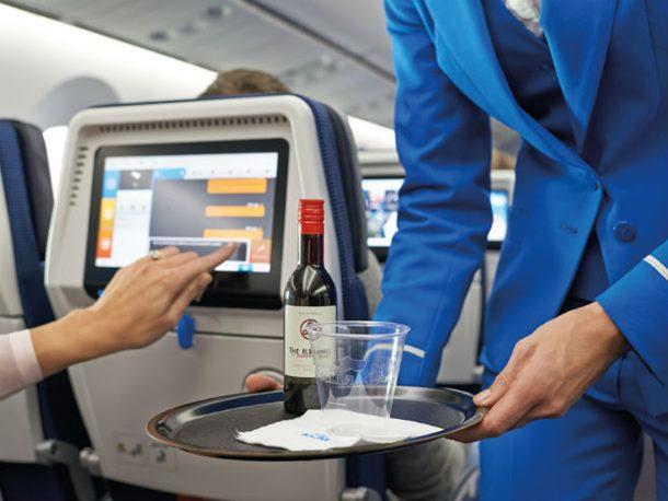 Putnici popili sav alkohol u avionu, pilot im čestitao