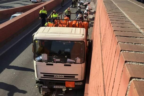 Šveđanin kamionom sa plinskim bocama jurio prema centru Barselone, policija pucala (video)