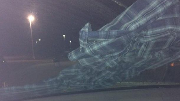 Ako na retrovizoru zateknete OVAKAV prizor, odmah uđite u kola i bježite glavom bez obzira!