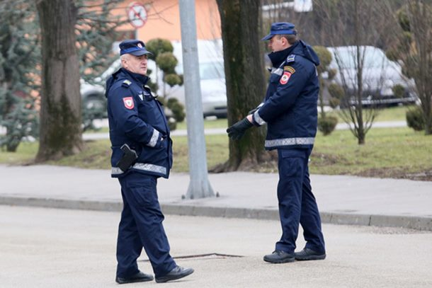 Photo of Sve učestaliji napadi na policajce, pljuju ih i gađaju sjekirom
