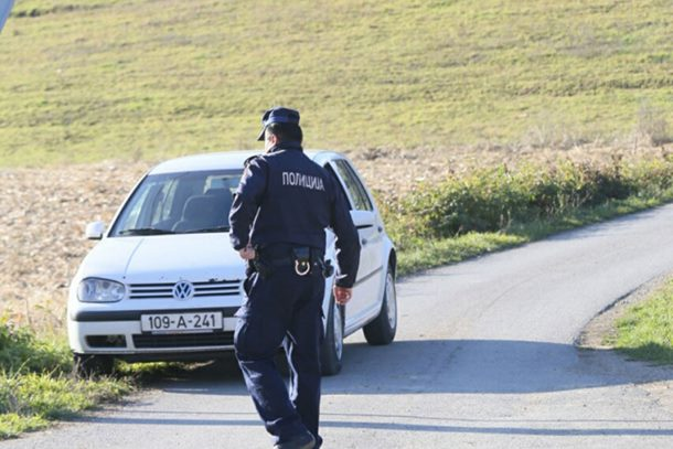 Photo of Sa čim se sve susreće policija: Pijana djevojka pobjegla iz policijskog auta
