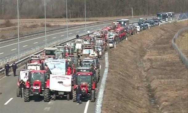 Poljoprivrednici na autoputu poručili Vladi RS: Imate mjesec dana