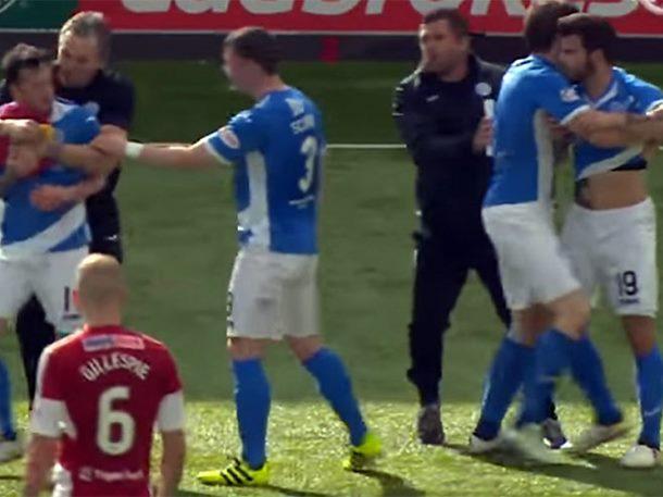 Potukli se saigrači, rastavljali ih protivnički fudbaleri (VIDEO)