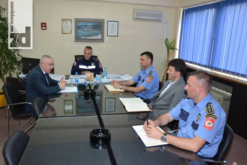Photo of Radni sastanak rukovodilaca PU Zvornik sa direktorom policije Darkom Ćulumom