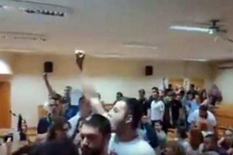 Photo of Studenti pjesmom 'Oj Kosovo, Kosovo' prekinuli tribinu 'Žena u crnom'
