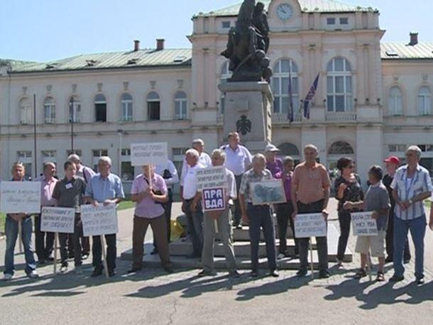 Bijeljina: Održan protestni skup izbjeglih i raseljenih lica