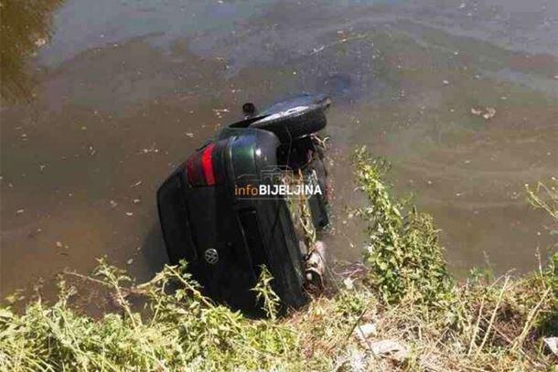 Automobil sa dvoje putnika sletio u kanal kod Bijeljine