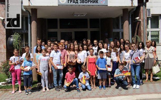 Gradonačelnik sa vukovcima iz osnovne škole i nagrađenim učenicima