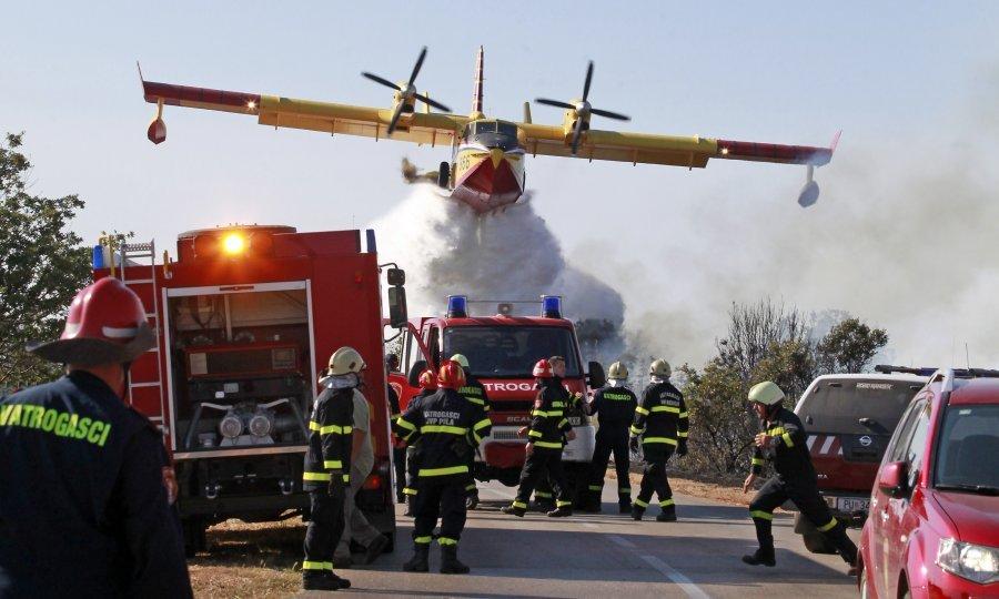 Kanaderi iz Hrvatske i Ukrajine gase požare u Tivtu i Herceg Novom