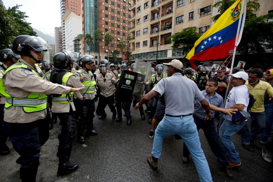 Photo of U sukobu policije i demonstranata troje mrtvih