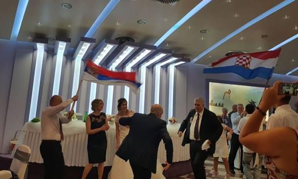 Photo of Na svadbi u Mostaru srpska i hrvatska zastava zajedno, niko se nije bunio