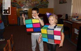 Roditelji, mališani i vaspitači zajedno pravili Rubikove kocke-kostime za dječiju nedelju (foto)