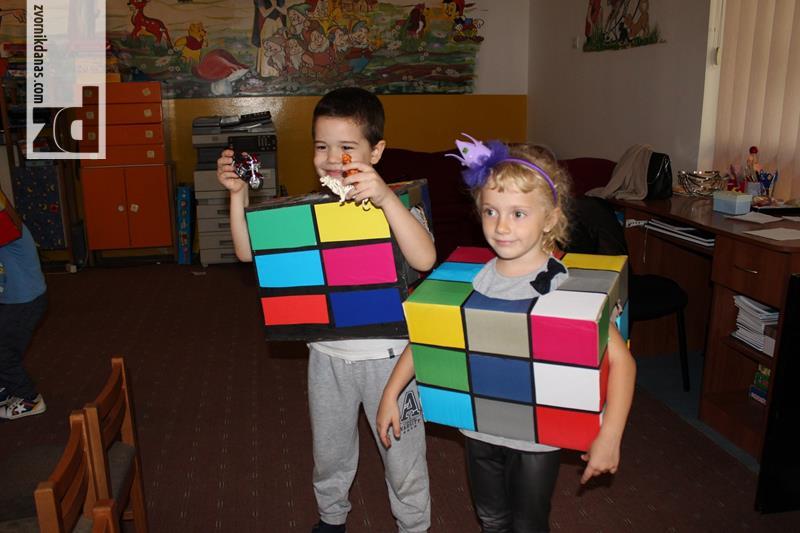 Photo of Roditelji, mališani i vaspitači zajedno pravili Rubikove kocke-kostime za dječiju nedelju (foto)