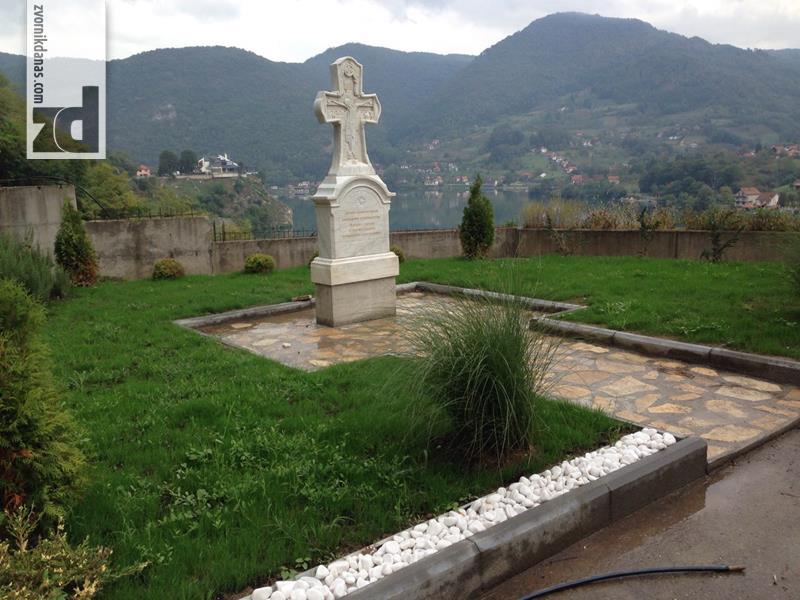 Photo of U porti crkve na Mlađevcu postavljen spomenik Slobodanu Stojanoviću