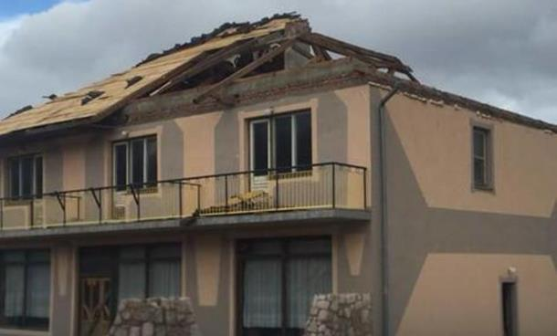 Vjetar napravio haos u Vlasenici: Nosio krovove, prevrnuo kamion