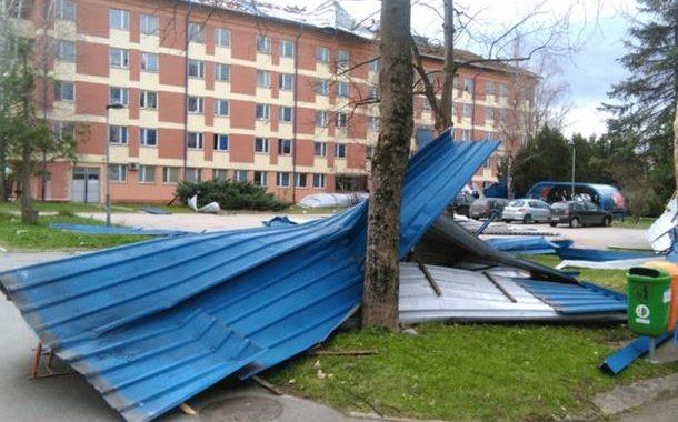Banjaluku poharalo nevrijeme: Vjetar rušio stabla, padali krovovi, troje povrijeđeno