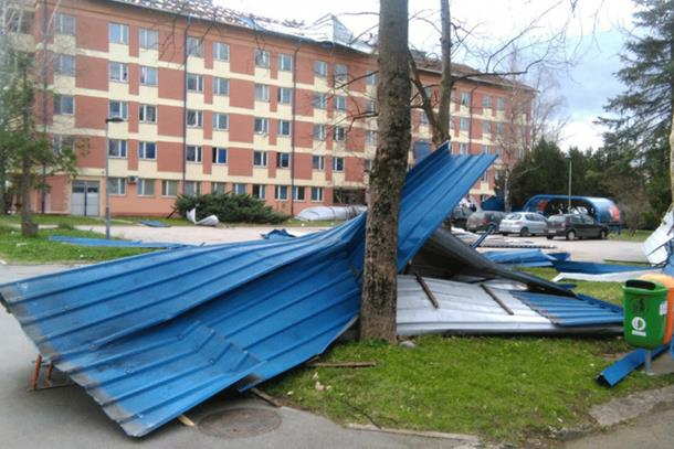 Photo of Banjaluku poharalo nevrijeme: Vjetar rušio stabla, padali krovovi, troje povrijeđeno