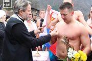 Siniša Mišić prvi doplivao do Časnog krsta