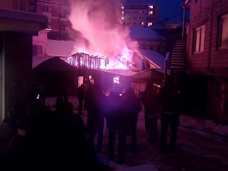 Photo of Požar iza Hemodijaliznog centra, vatrogasi se bore da spasu kuću