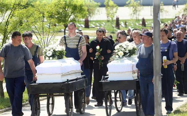 Photo of Majka i sin ispraćeni u bijelim kovčezima