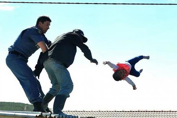 Photo of Otac bacio ćerku sa krova dok je masa navijala