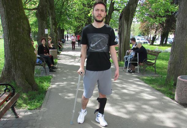 Tinejdžer iz Kotor Varoša prohodao nakon loma vratnog pršljena