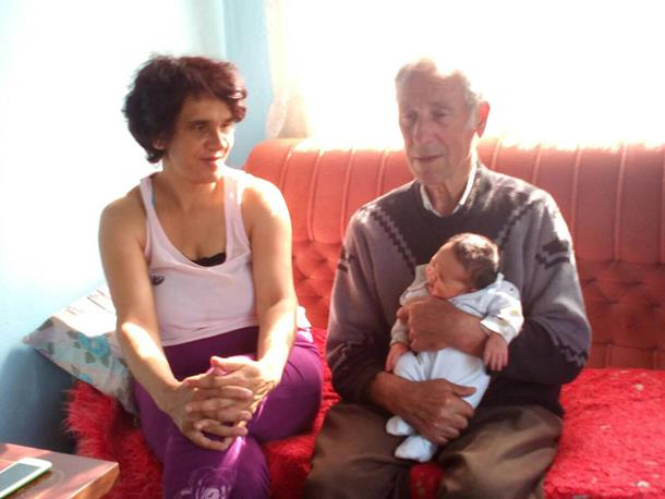 Photo of Dobio sina u devetoj deceniji sa duplo mlađom suprugom i ne planira da stane