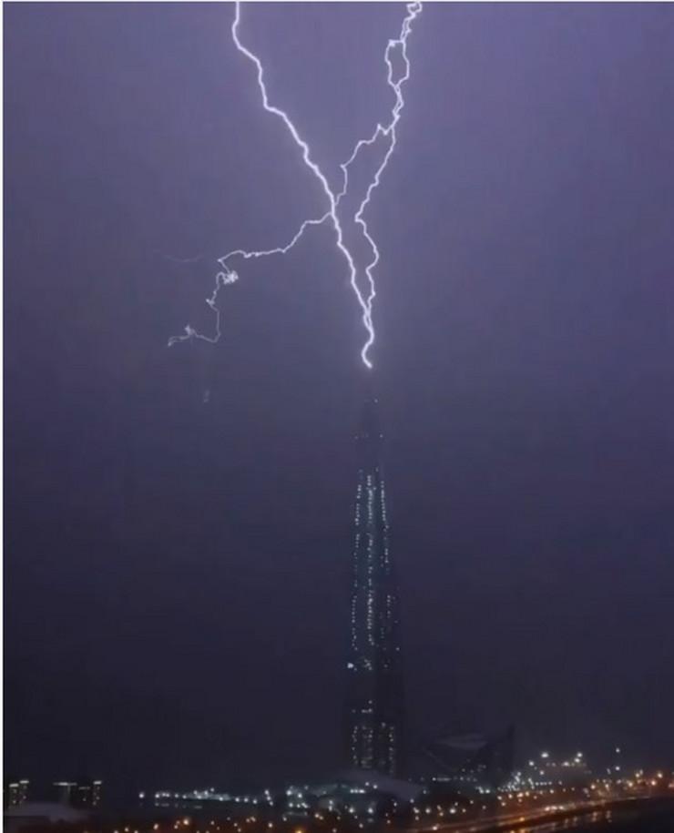 Kako izgleda kada grom udari u najvišu evropsku zgradu (video)